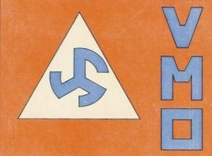 """Le premier logo du VMO, avec le """"Delta"""" du VNV, la rune Triskel, qui remplace la svastika interdite, les couleurs du VNV et du Verdinaso de Joris Van Severen."""