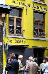 De Beest, à l'époque où Filip Dewinter (Vlaams Belang) discutait peinard devant la rune SS.