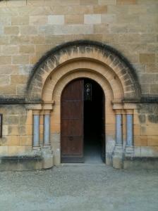 Portail d'église romaine, Cénac-et-Saint-Julien, Dordogne, France.